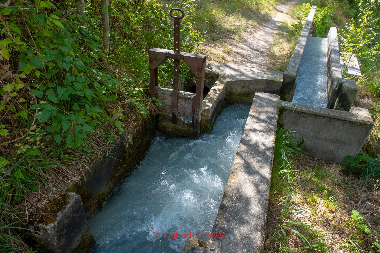 Wasserteiler (ein Teil wird in eine andere Suone abgeleitet)